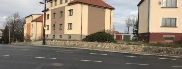 Kamenná zeď ul. Třemošnická a Benešovská