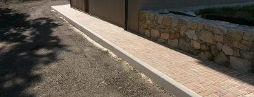 Parkovací stání a chodník u bytových domů Rafanda.